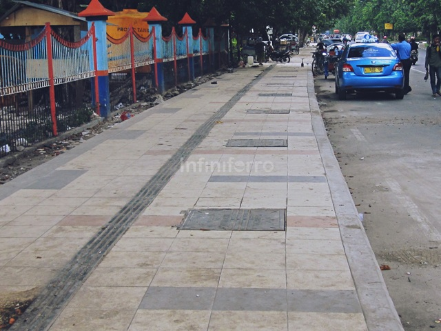 manhole covers in pedestrian zone