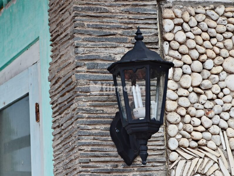 Cast iron outdoor lamp